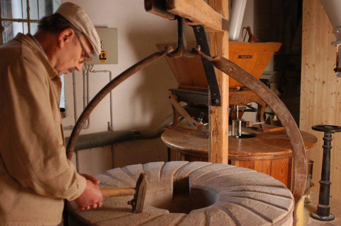 Das Schärfen der Mahlsteine ist eine besondere handwerkliche Kunst