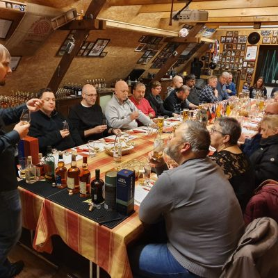 Gruppenangebote (Private Führung, Tastings, den eigenen Gin brennen, das eigene Fass Whisky)
