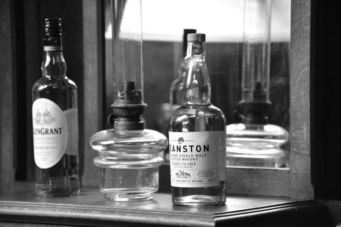 Verschiedene Whiskys in uriger Ambiente